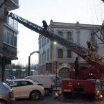 Los bomberos acceden por la terraza de una vivienda de la Avenida del Rey Santo para atender a una mujer accidentada