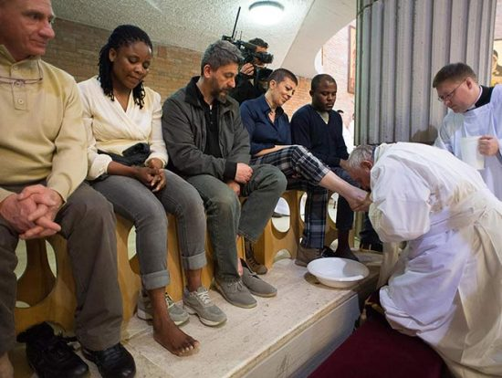 El papa lava los pies de 12 presos. Fuente_ Revista Ecclesia (3.4.2015)
