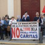 concentración contra el cierre de la escuela infantil de Cáritas 3