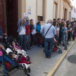 concentración contra el cierre de la escuela infantil de Cáritas 6