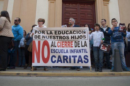 concentración contra el cierre de la escuela infantil de Cáritas 9