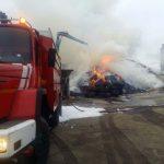 Cuatro dotaciones de bomberos trabajan en la extinción de un fuego en el polígono industrial de Torralba