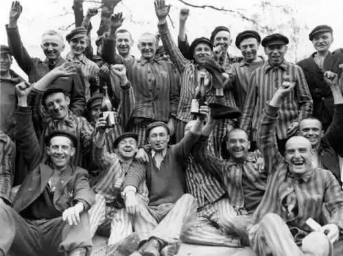 Presos polacos celebran su liberación en Dachau por el ejército estadounidense (1945). Fuente: Historygram