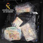 La Guardia Civil interviene en Manzanares 90.000 y 29.600 euros ocultos en dos dobles fondos de vehículos