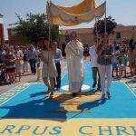 Una alfombra de sal coloreada y diez altares callejeros instalados para la procesión del Corpus Christi de Villamayor de Calatrava