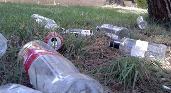 Restos de botellón en una imagen de archivo