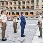 López Martín entrega el premio 'Caja Rural' a los Sargentos Alumnos más destacados de la Academia de Infantería