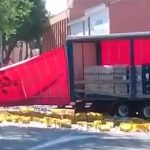 Un camión de bebidas pierde parte su carga en la ronda del Carmen, cerca de la Puerta de Toledo