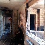 Una vivienda resulta dañada en el incendio de un bloque de pisos de la calle San Urbano