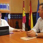 La delegada de la Junta se reúne con el alcalde de Cinco Casas para conocer las necesidades de la EATIM