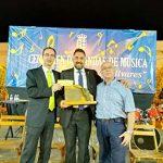 José Manuel García Pozuelo, titular de la AMC Banda de Música de Puertollano, recibe el premio a mejor director en el Certamen Nacional de Olivares