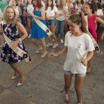 El primer baile del vermú de la Feria, al ritmo de las dulcineas y damas