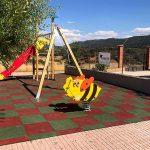 El Ayuntamiento de Almodóvar instala un parque infantil en la pedanía de Valdeazogues