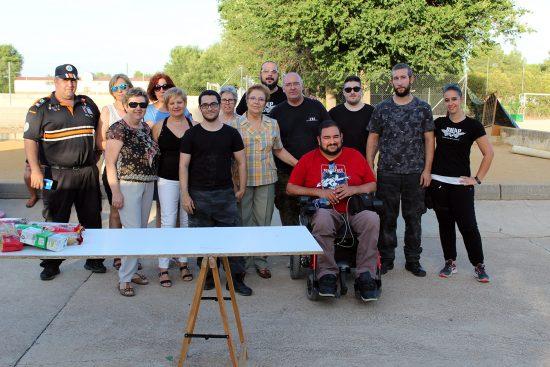 Foto de familia con integrantes de ambos colectivos implicados en la partida solidaria y el concejal Sergio Gijón
