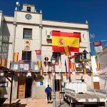 El Ayuntamiento de Villamayor de Calatrava ha colocado en su fachada una gran bandera de España