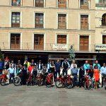 40 motos Guzzi recrean la movilidad de los años 60 en la Plaza Mayor de Ciudad Real