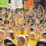 Ciudad Real: Los alumnos del Ferroviario cantan y bailan vestidos de amarillo por los niños con cáncer y sus familias