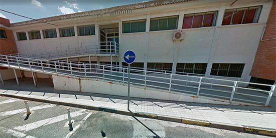 Rampa de acceso a la planta superior en uno de los laterales del edificio