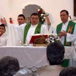 Los vecinos de Villamayor reciben al nuevo párroco en su toma de posesión