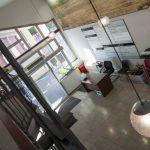 Nuevos ventanales y una puerta de doble apertura para mejorar la eficiencia energética del Ayuntamiento