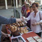 AFEXPAN reparte más de mil panes en la Plaza Mayor para celebrar el día mundial de este alimento