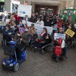Personas con discapacidad se concentran en la estación de autobuses para exigir accesibilidad