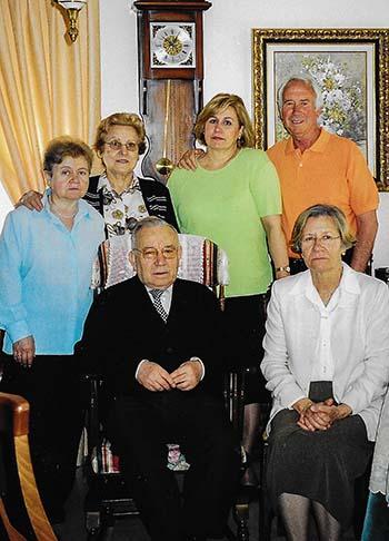 Sentados aparecen Don Jesús y Carmen de Hita, la primera directora. De pie (desde la izquierda) están María Antonia Jiménez, Victoria Jiménez-Ortiz, Amalia Ciudad y Miguel Fernández Olmo, contratista del Colegio.