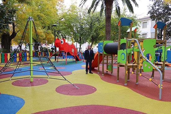 Torres,-en-el-interior-del-flamante-parque-infantil-del-Jardín