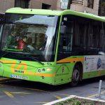 Una mujer resulta herida tras un accidente entre un autobús y dos turismos en la Avenida de los Reyes Católicos