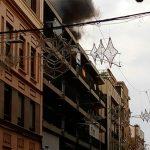 Los bomberos apagan un incendio en un ático de la calle Calatrava