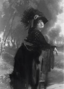 Carmen de Burgos Seguí (Fotógrafía Alfonso, hacia 1915)