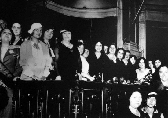 Carmen de Burgos y miembros de la Liga Internacional de Mujeres, en un acto contra la pena de muerte en el Ateneo de Madrid (1931)