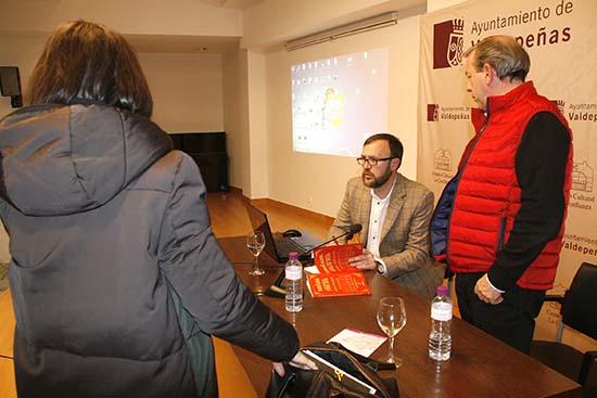 Daniel Marín firmando ejemplares de su libro