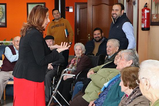 La-alcaldesa-Jacinta-Monroy,-en-una-visita-al-Centro-de-Mayores-junto-a-los-tenientes-de-alcalde-Gijón-y-Ruiz