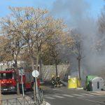 Arden contenedores de reciclaje en la calle Amanecer