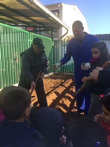 Cándido, Ángel y Miriam inaugurando el huerto ecológico