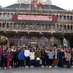 Ciudad Real: Los concejales escolares cuelgan del balcón del Ayuntamiento palomas con sus mensajes de Paz