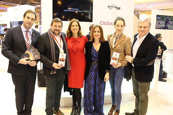 Delegación-Calzada-junto-a-directora-general-de-Turismo,-Rosa-Romero,-Francisco-Canizares