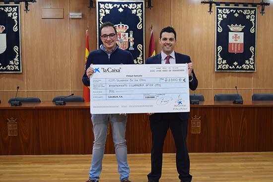 Villarrubia entrega cheque de La Caixa