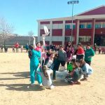Los niños porzuniegos celebran el Día de la Paz con murales, cánticos y solidaridad
