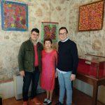 El Museo Etnográfico de Villarrubia acoge una novedosa muestra de pañuelos de seda pintados a mano de la artista valenciana Carmen Mesado