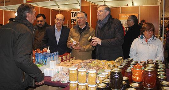 El-portavoz-del-Grupo-Popular-en-las-Cortes-regionales-Francisco-Cañizares-durante-su-visita-a-la-Feria-Apicola-Internacional-de-Pastrana-110318