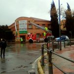 Ciudad Real: Los bomberos retiran unas lonas publicitarias de la fachada de la antigua sede de la CEOE-Cepyme