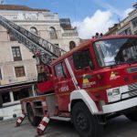 Bomberos y Policía Local actúan ante el riesgo de caída de parte de una cornisa en la Plaza Mayor