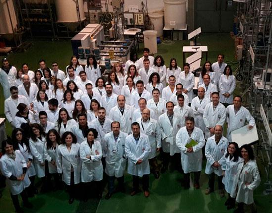 personal docente e investigador del departamento de Ingeniería Química de la UCLM en una de las plantas piloto del grupo