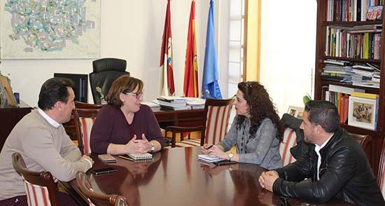 Carmen Olmedo con alcaldesa de Villanueva de la Fuente