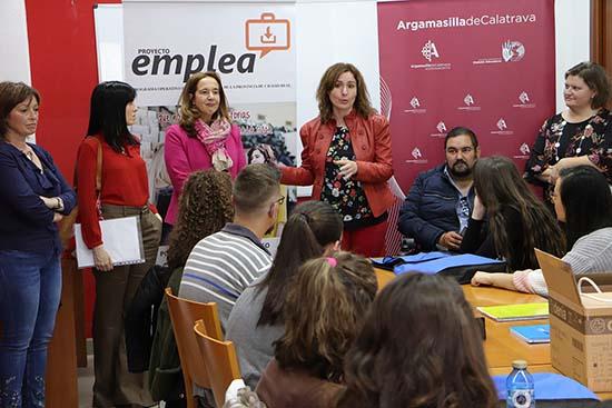 Lidia Molina, en el centro junto a la alcaldesa, dirigiéndose a las personas que cursan el certificado de profesionalidad