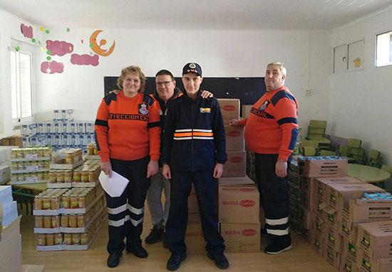 Voluntarios-de-Protección-Civil,-junto-a-los-lotes-que-fueron-distribuidos