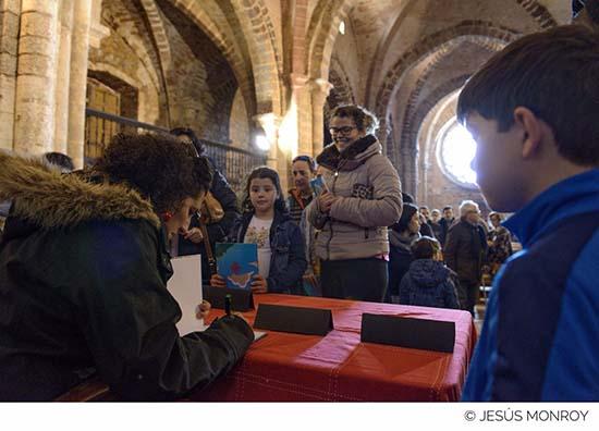 Yolanda de Gregorio en primer término, firmando ejemplares al término del acto