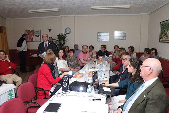 Un-momento-de-la-reunión-celebrada-en-la-todavía-sede-de-la-AECC-almodovareña